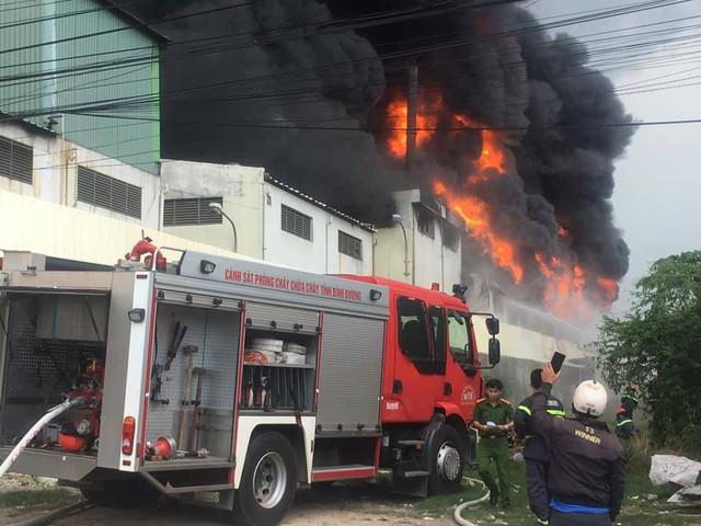 Cháy dữ dội tại công ty sản xuất keo công nghiệp - Ảnh 1.