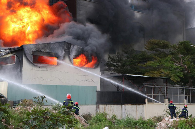 Cháy dữ dội tại công ty sản xuất keo công nghiệp - Ảnh 2.