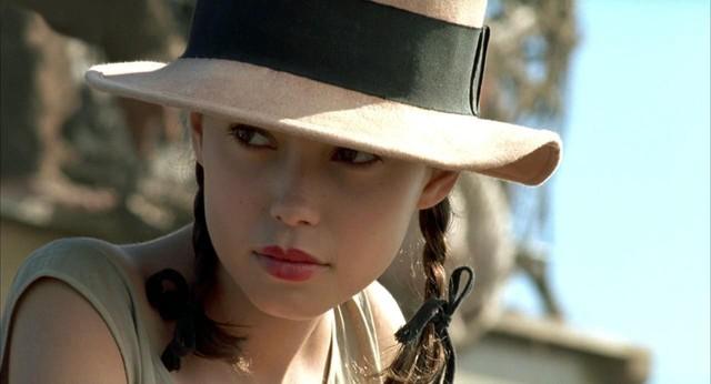 Thách thức với ê kíp làm phim là chọn diễn viên 18 tuổi trở lên nhưng phải có gương mặt như 15. Và Jane March là một lựa chọn sáng suốt của đạo diễn