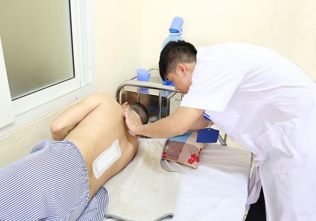Sau ca phẫu thuật đặc biệt hiếm gặp, bệnh nhân H. đã có thể vận động tứ chi. Ảnh: H.Trang