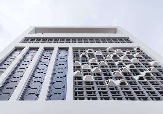 Còn ở hai tầng trên, hoa văn lam gió được thay đổi bằng những tấm tôn hình lục giác hay những ô bê tông như đan cài vào nhau... mang lại vẻ sinh động cho ngôi nhà và gây ấn tượng cho người đi đường.