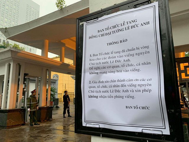 Ban tổ chức quốc tang thông báo, gia đình Nguyên Chủ tịch nước, đại tướng Lê Đức Anh xin phép không nhận tiền phúng viếng.