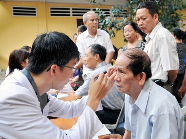 Người cao tuổi phải đối mặt với nhiều bệnh lý về mắt, gây khó khăn trong sinh hoạt hàng ngày và làm giảm chất lượng cuộc sống. Ảnh minh họa