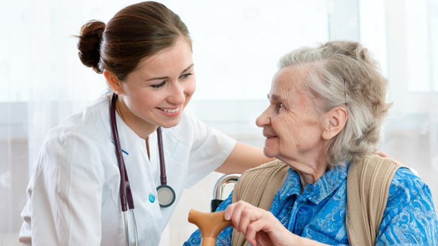 Người cao tuổi nên đến nha sĩ định kỳ 6 tháng một lần để phòng ngừa các vấn đề sức khoẻ răng miệng nghiêm trọng tiềm ẩn. Ảnh minh họa