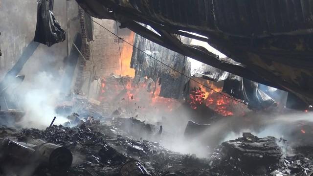 Bình Dương: Nhà xưởng rộng hàng ngàn mét vuông của hai công ty gỗ đổ sập vì hỏa hoạn - Ảnh 1.