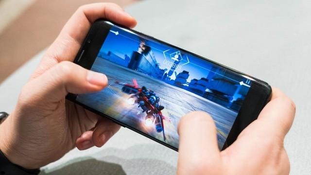 Chơi game quá lâu trên điện thoại rất nguy hiểm cho sức khỏe, thậm chí tử vong. Ảnh minh họa