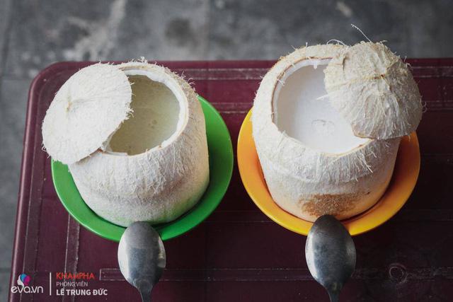 Quán có bán thạch dừa và rất nhiều loại chè khác nhau, thế nhưng dường như mọi người nhắc đến quán nhiều nhất vẫn là món thạch dừa trứ danh, có đầu tiên ở Hà Nội.
