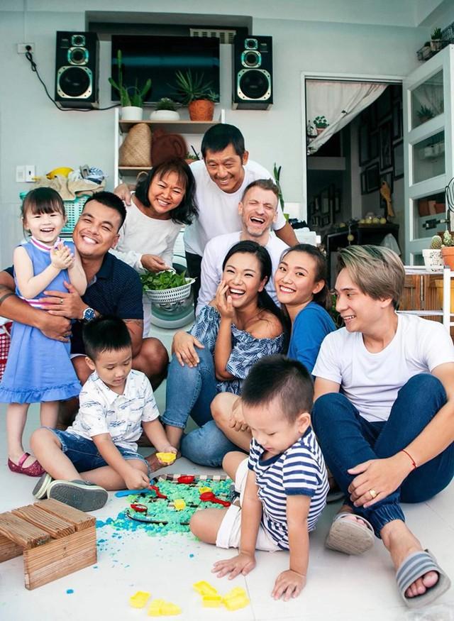 Gia đình Phương Vy rất đoàn kết, yêu thương nhau. Cứ đến giờ ăn cơm gia đình là Phương Vy ví như chim về tổ.