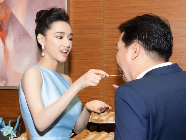 Hành động chăm sóc chồng tại một buổi họp báo cuối tháng 5 vừa qua của Nhã Phương khiến nhiều người ghen tỵ.