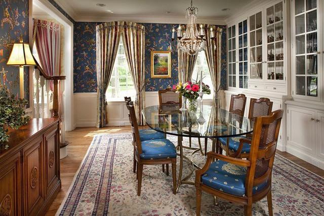 Đến nay, phong cách nội thất cổ điển vẫn được nhiều gia đình ưu ái lựa chọn cho căn phòng ăn .
