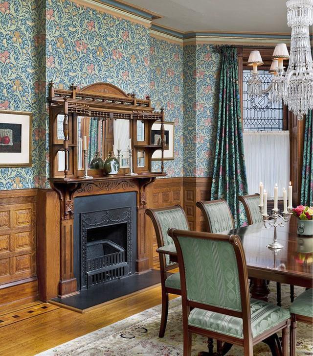 Căn phòng ăn có thêm thiết kế lò sưởi giúp mang đến một bầu không gian sum họp đầm ấm.
