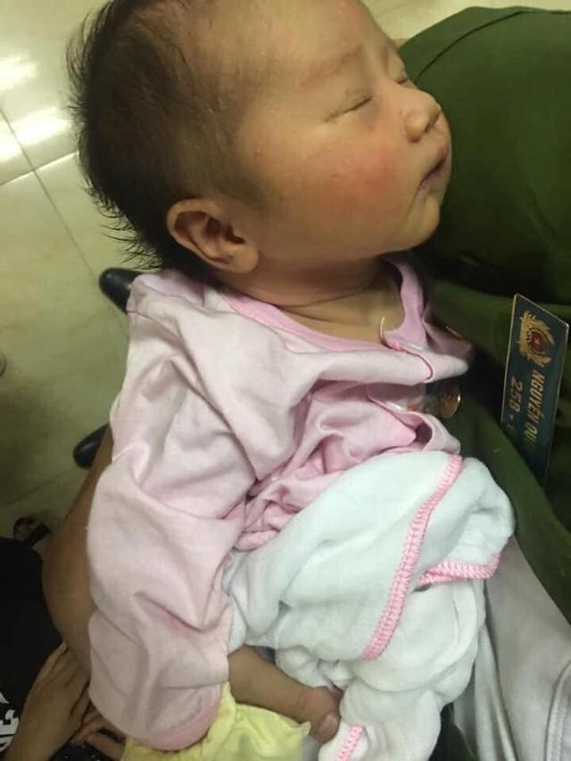 Bé gái khoảng 6 ngày tuổi bị mẹ bỏ rơi.