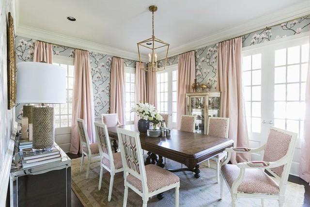 Khác với phong cách hiện đại, những bộ bàn ăn mang phong cách cổ điển luôn được đặc trưng với những họa tiết cầu kỳ.