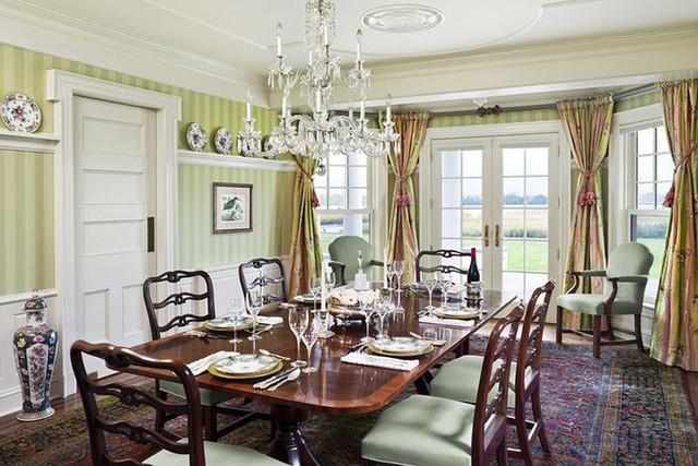 Những bộ bàn ăn gia đình mang phong cách cổ điển luôn đảm bảo vị trí tâm điểm của căn phòng ăn.
