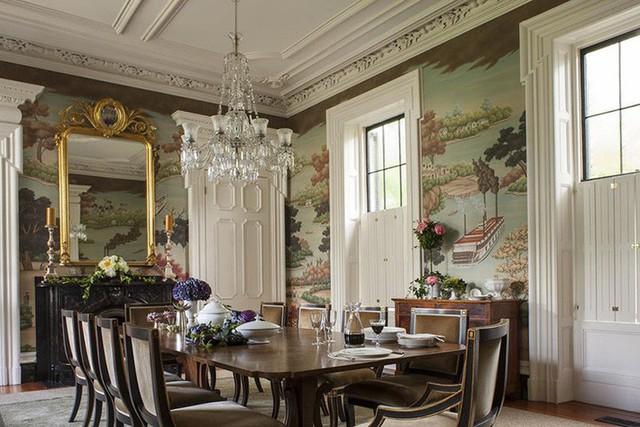 Căn phòng ăn gia đình mang phong cách cổ điển với những chi tiết trang trí đậm chất nghệ thuật khiến ai ai cũng phải mê mẩn.