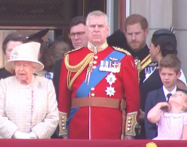 Meghan quay lại nói chuyện với Hoàng tử Harry trên ban công Điện Buckingham hôm 8/6. Ảnh: ITV.