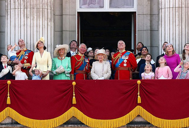 Hoàng gia Anh theo dõi màn trình diễn của lực lượng Không quân hoàng gia từ ban công Điện Buckingham hôm 8/6. Ảnh: PA.