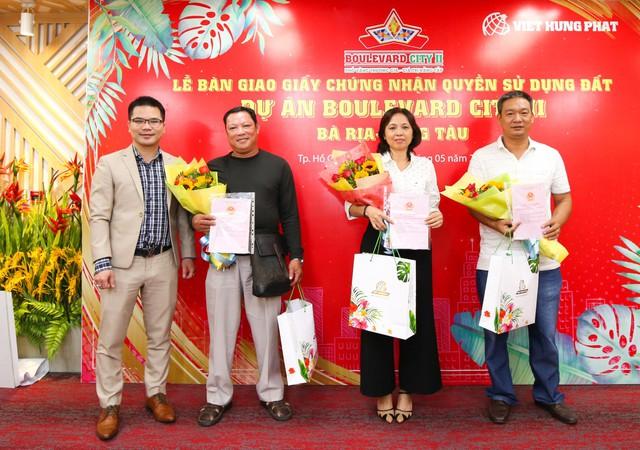 Không chỉ bàn giao sổ, Việt Hưng Phát còn nâng niu trao tặng những phần quá hết sức ý nghĩa cho khách hàng