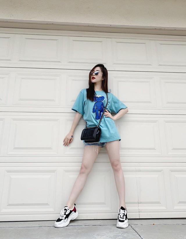 Không còn gò mình trong những bộ váy sexy, hay phải theo đuổi 1 hình ảnh cụ thể, Hương Tràm thoải mái chọn những bộ trang phục theo sở thích cá nhân. Áo thun đơn giản phối với sneaker cá tính chính là sự lựa chọn được Hương Tràm ưu tiên nhất khi xuống phố.
