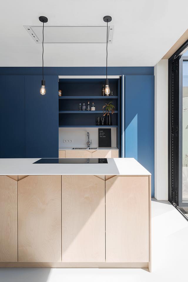 Ánh sáng chính là một đặc trưng của những căn bếp hiện đại.