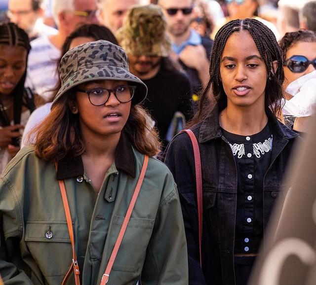 Được biết, trước đó một ngày, Malia và Sasha tranh thủ ghé thăm khu chợ đồ cổ LIsle-sur-la-Sorgue, tỉnh Provence. Cả hai luôn được các mật vụ Mỹ đi cùng bảo vệ.