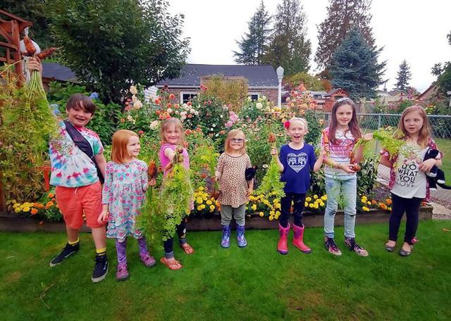 Các bạn nhỏ rất yêu thiên nhiên và thường xuyên ghé thăm vườn.