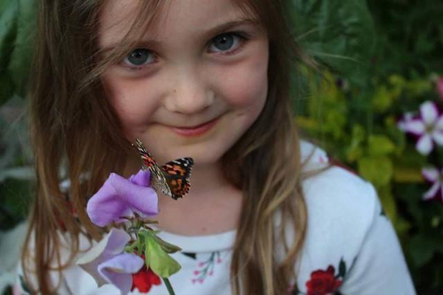 Cô con gái nhỏ của chị Nicole vô cùng yêu thích cuộc sống gần gũi với thiên nhiên.