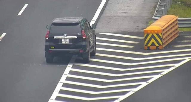 Hình ảnh một chiếc xe ôtô đi lùi trên cao tốc Hà Nội-Hải Phòng sáng 23/6.