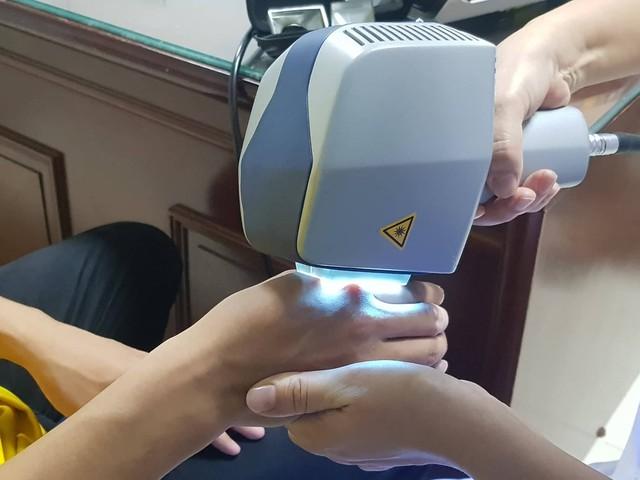 Áp dụng liệu pháp ánh sáng điều trị cho bệnh nhân bạch biến tại Bệnh viện Da liễu Trung ương. Ảnh: Võ Thu