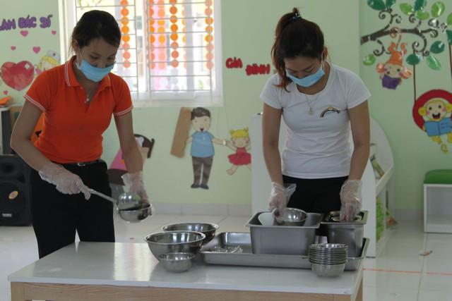 Nhân viên trong bếp của các trường cũng được khuyến cáo phải thường xuyên rửa tay bằng xà phòng dưới vòi nước sạch, đảm bảo vệ sinh tay trong quá trình chế biến.
