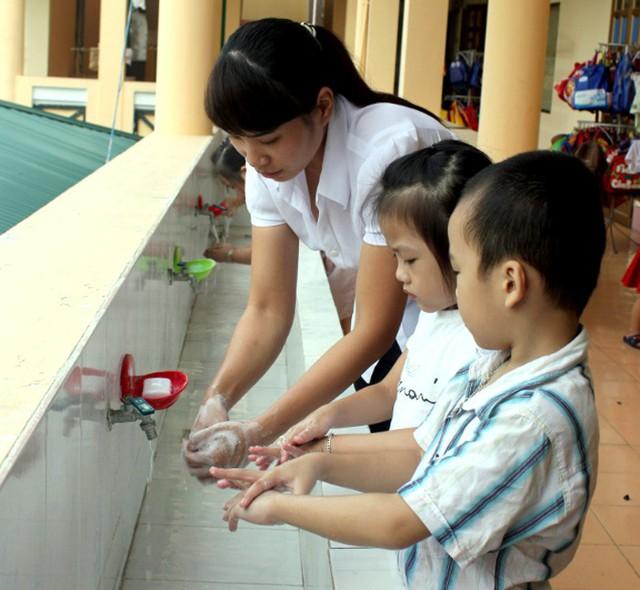 Học sinh được cô giáo dạy rửa tay trước khi ăn và sau khi đi vệ sinh. (Ảnh minh họa)