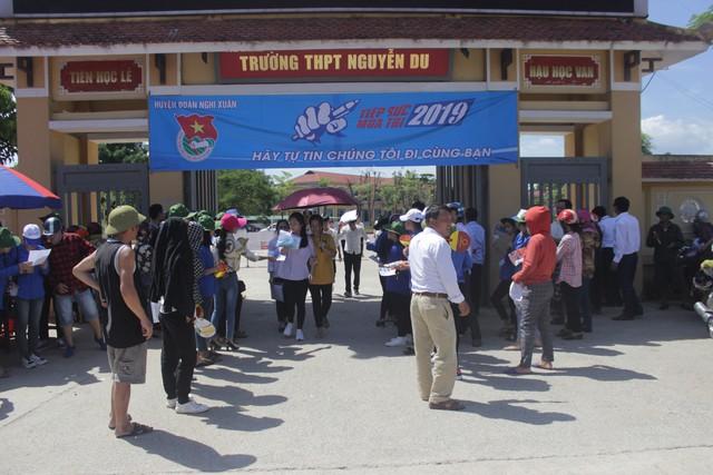 Hà Tĩnh: Hàng ngàn phụ huynh đội nắng chờ các thí sinh - Ảnh 11.