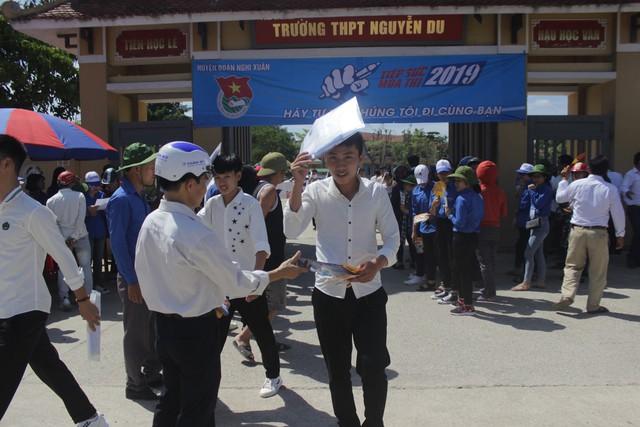 Hà Tĩnh: Hàng ngàn phụ huynh đội nắng chờ các thí sinh - Ảnh 12.