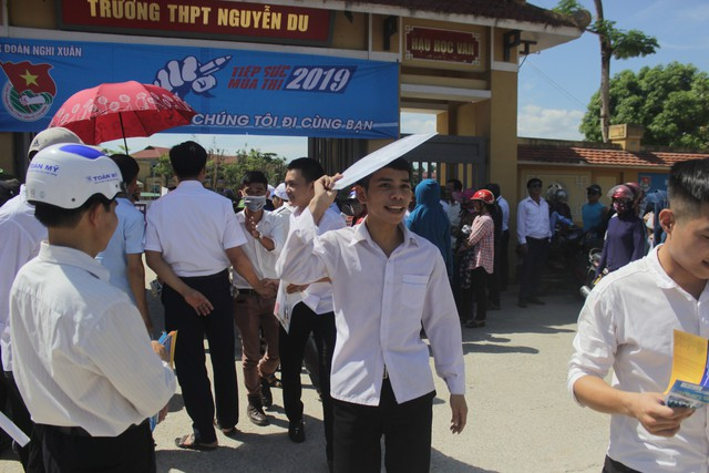 Hà Tĩnh: Hàng ngàn phụ huynh đội nắng chờ các thí sinh - Ảnh 14.