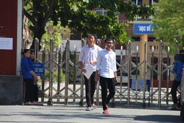 Hà Tĩnh: Hàng ngàn phụ huynh đội nắng chờ các thí sinh - Ảnh 7.