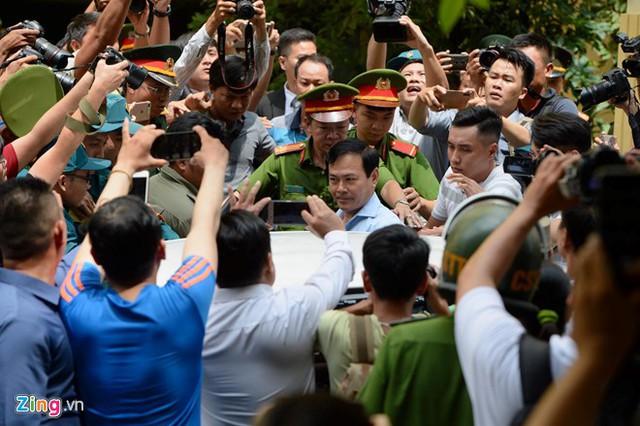 Xử vụ Nguyễn Hữu Linh nựng bé gái trong thang máy: Tòa quyết định trả hồ sơ - Ảnh 1.
