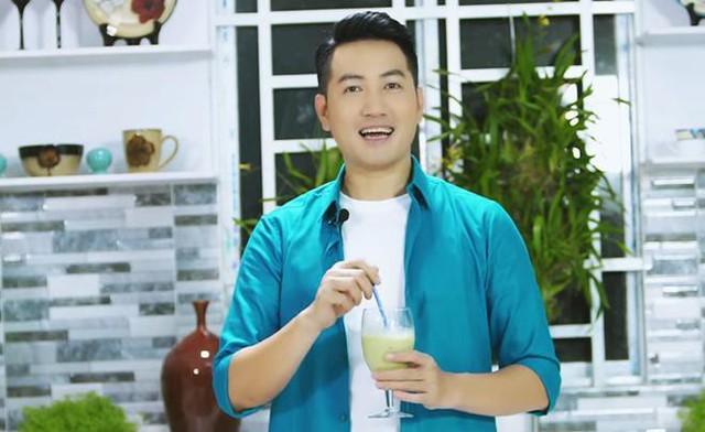 Không chỉ nấu nướng, anh còn hướng dẫn mọi người làm những thức uống bổ dưỡng như trà matcha và sô cô la trắng nâng cao sức khoẻ, giải toả căng thẳng.