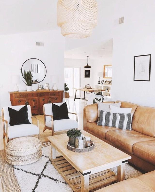 Ghế sofa lớn sẽ chứa được nhiều người ngồi và sẽ tránh làm lộn xộn phòng khách.