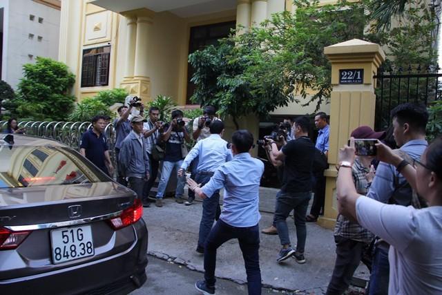 Xử vụ Nguyễn Hữu Linh nựng bé gái trong thang máy: Tòa quyết định trả hồ sơ - Ảnh 3.