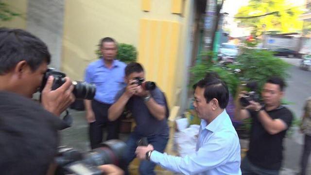 Xử vụ Nguyễn Hữu Linh nựng bé gái trong thang máy: Tòa quyết định trả hồ sơ - Ảnh 4.