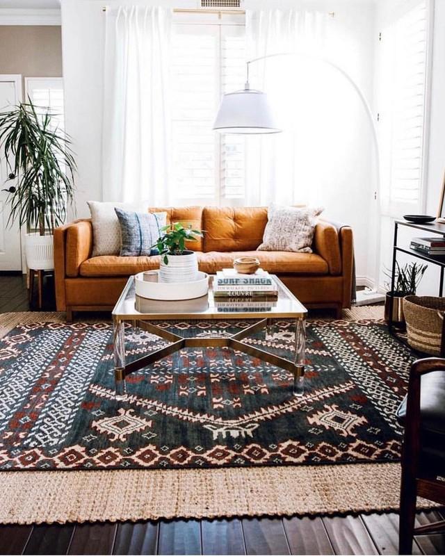 Ghế sofa màu rỉ sét được đặt trước một trong những cửa sổ và nó không ngăn ánh sáng vào bên trong.