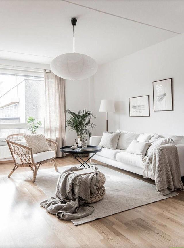 Ghế sofa lớn màu kem trước cửa sổ là một ý tưởng chiến lược cho phép nhiều ánh sáng vào phòng.