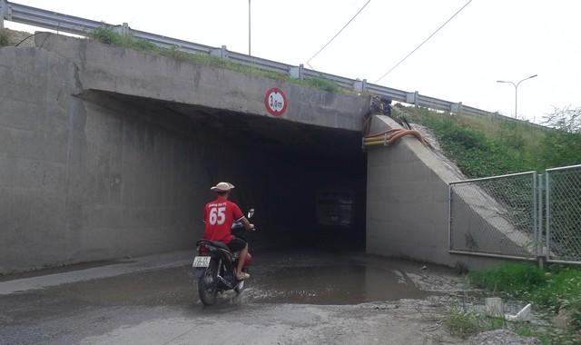 Tại nhiều điểm cống chui dân sinh không có đèn chiếu sáng gây mất an toàn giao thông.