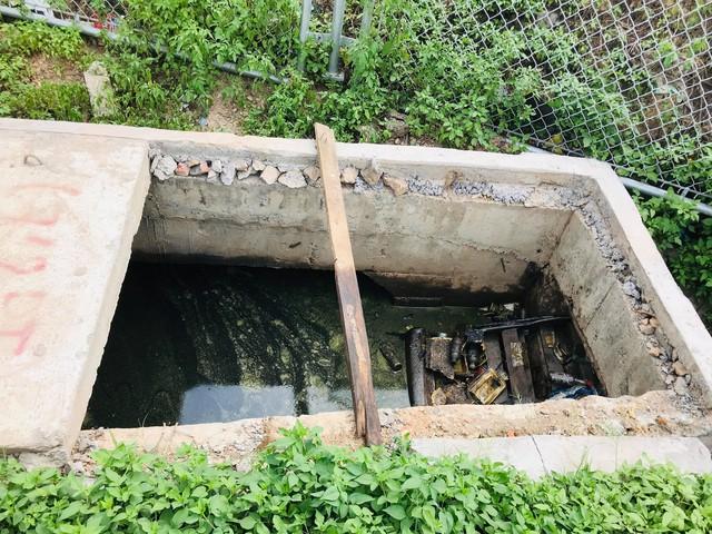 Nhiều ống cống thoát nước từ hai bên đường gom vẫn chưa có nắp đậy.