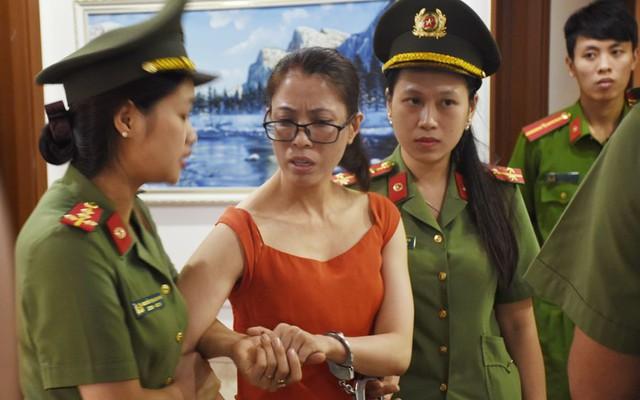Di lý đối tượng Hoàng Thị Hương về công an Thanh Hóa phục vụ điều tra. Ảnh: Công an Thanh Hóa