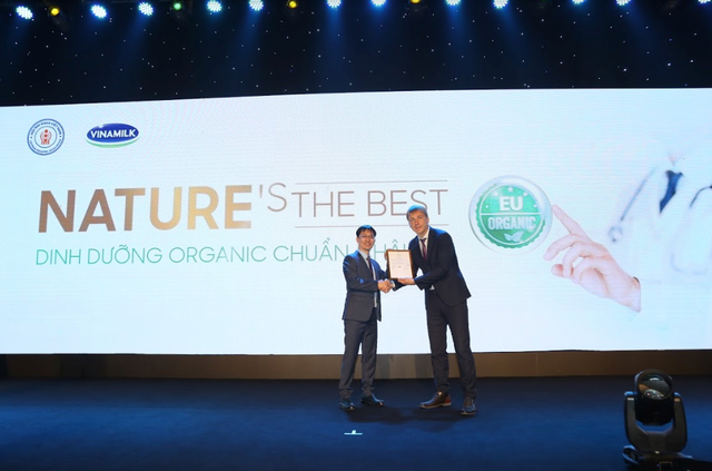 Tháng 5/2019 vừa qua, Đại diện tổ chức Control Union Certifications đã trao chứng nhận Organic châu Âu cho sản phẩm sữa bột cho trẻ em Organic Gold của Vinamilk