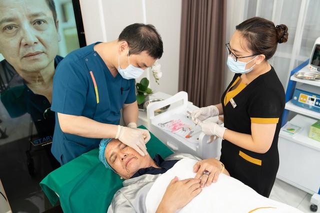 Tiến sĩ Huang Young Gu trực tiếp thực hiện liệu trình COLLAGEN SMART FIBER.
