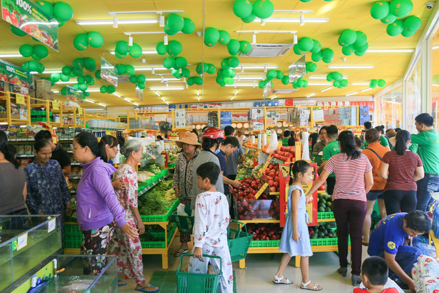 Cảnh mua bán tấp nập ở một cửa hàng Bách hóa Xanh tại Tây Ninh