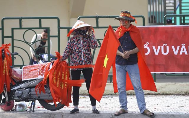 Người bán cờ, băng-rôn cũng tự trang trí cho mình một phong cách độc đáo hút khách.