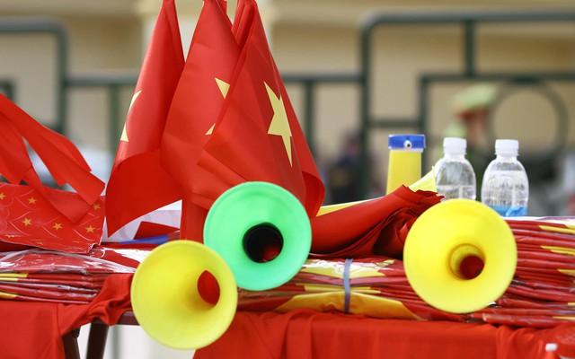 Những vật dụng cổ vũ cho đội tuyển mang đậm màu cờ sắc áo.